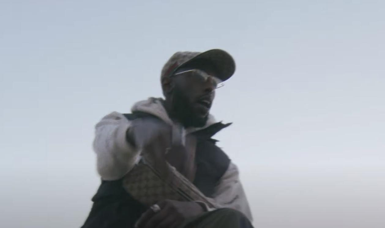 """Bakari nous présente """"SoloBinks #1"""", premier extrait d'une suite de morceaux, nous montrant l'aisance du rappeur ainsi que son univers."""