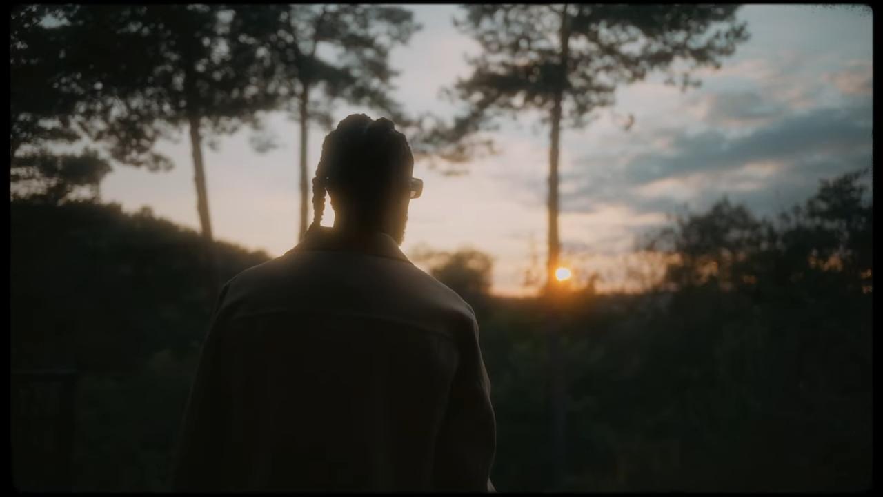 Lefa contemplant le soleil couchant